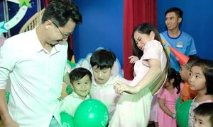 Vợ chồng Lâm Vỹ Dạ đưa hai con trai tới tiệc sinh nhật tiNiWorld