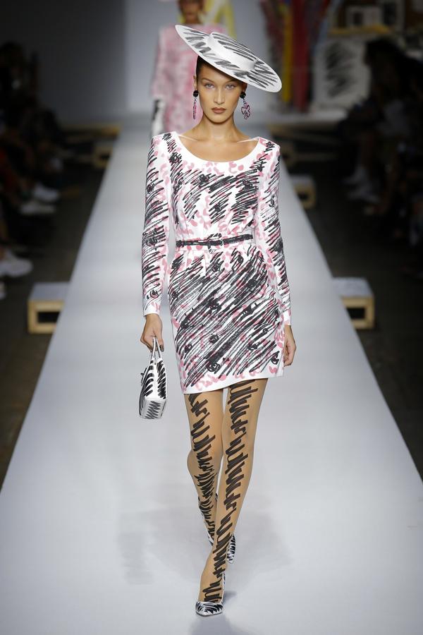 Sau show Alberta Ferretti, bốn chân dài trẻ hot nhất hiện nay - bao gồm Kaia Gerber, Kendall Jenner và chị em nhà Hadid - tiếp tục quy tụ trên sàn diễn Moschino thuộc khuôn khổ Milan Fashion Week, ngày 20/9.
