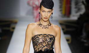 Bella Hadid khoe trọn bầu ngực qua lớp vải trong suốt