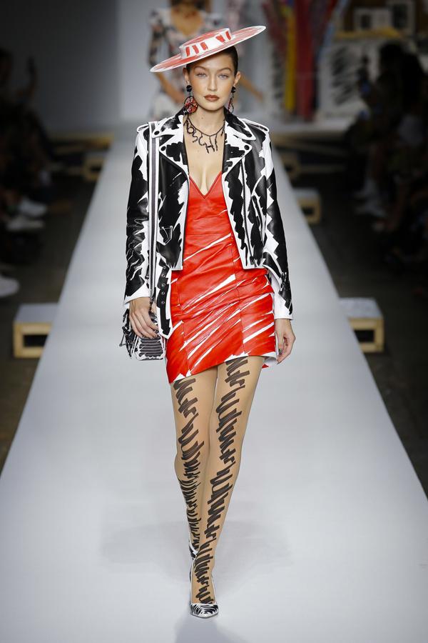 Đồng hành cùng em gái Bella, Gigi Hadid xuất hiện trong set đồ da cá tính, pha trộn màu sắc nổi bật.