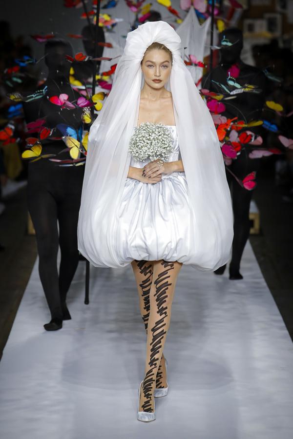 Chân dài 23 tuổi đảm nhận vai trò vedette, trình diễn mẫu váy cưới ngắn trẻ trung.