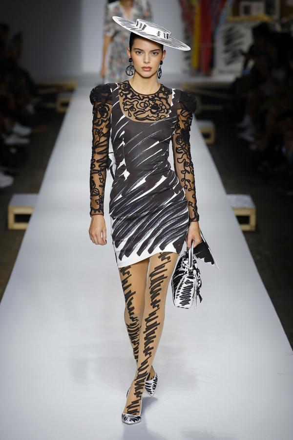 Mùa thời trang Xuân hè 2019 lần này, Kendall Jenner vắng mặt ở New York Fashion Week nhưng đã tái xuất trên sàn diễn London và liên tục phủ sóng tại Milan.