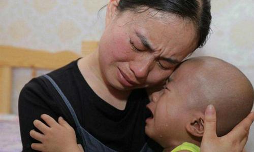 Cậu bé bị ung thư nói ''Mẹ đừng khóc'' khi gia đình không đủ tiền chữa cho em