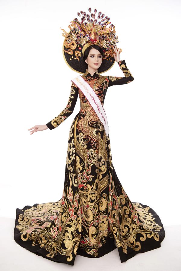 NTK Tuấn Hải chia sẻ, bộ áo dài truyền thống của Thúy Vi được lấy cảm hứng từ trang phục của vua chúa thời xưa thể hiện sự quyền lực, cùng khăn đống hình chim công thiết kế 4D.