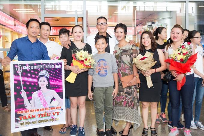 Trưa 22/9, gia đình và người thân của Trần Tiểu Vy có mặt tại sân bay Đà Nẵng đón tân Hoa hậu trở về quê sau một tuần đăng quang.