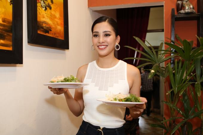 Sau đó, Tiểu Vy phụ giúp sắp xếp mâm cỗ do gia đình chuẩn bị mừng cô đoạt danh hiệu Hoa hậu Việt Nam. Người đẹp kể thêm,cô rất nhớ các món ăn đặc sản quê hương. Trong đó, cao lầu, mỳ Quảng, cơm gà, chè đậu đỏ hay bánh xoài... là những món ăn yêu thích của Hoa hậu.