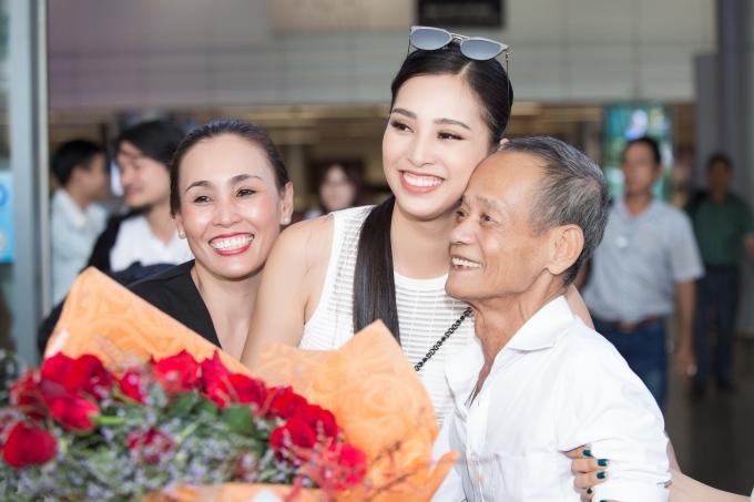 Vừa ra khỏi sân bay, Tiểu Vy hạnh phúc trong vòng tay của ông nội và mẹ.