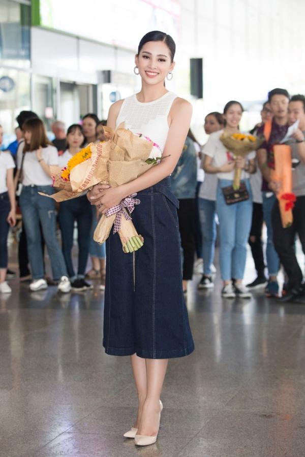 Tân Hoa hậu Việt Nam rạng rỡ tại sân bay.