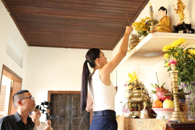 Người đẹp nhanh chóng trở về nhà ở Hội An. Ngay khi vừa về đến, cô thắp hương bàn thờ tổ tiên. Tối hôm qua, Tiểu Vy cũng đích thân ra chợ Bến Thành mua một số trái cây đặc sản miền Nam để về dâng cúng tổ tiên.