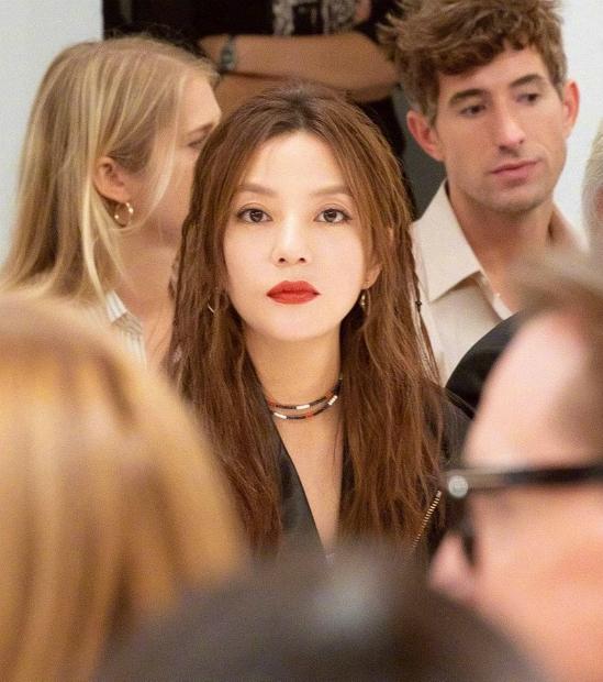 Triệu Vy tới Tuần lễ Thời trang Milan 2018 hôm 20/9, cô là khách mời dự show xuân hè 2019 của thương hiệu TODS. Giảm cân ngoạn mục khiến vóc dáng mảnh mai trông thấy, ngôi sao Trung Quốc tự tin diện nguyên cây hàng hiệu: áo thun, quần jeans bó kết hợp áo da cá tính, tóc nhuộm vàng rực. Kèm theo trang phục là những phụ kiện cũng rất phong cách.
