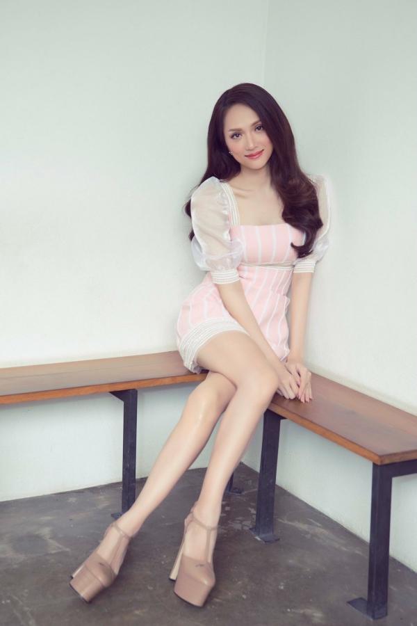 Bộ ảnh được thực hiện với sự hỗ trợ của Makeup: Lý Trường Giới, Photo: Quốc Lê, Stylist: Lê Minh Ngọc, Costume: Đỗ Long, Dress by Linh San boutique