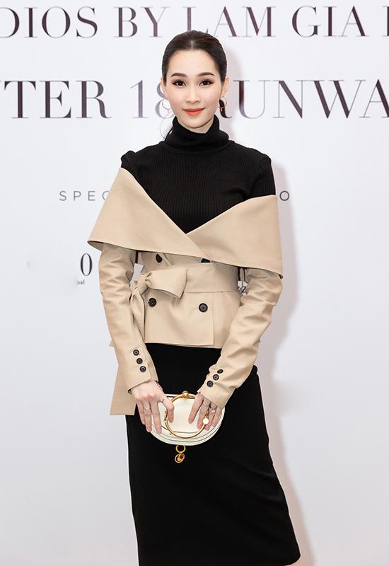 Tham dự show thời trang của Lâm Gia Khang, Hoa hậu Thu Thảo gây ấn tượng bởi cách kết hợp trang phục thanh lịch nhưng vẫn mới mẻ.