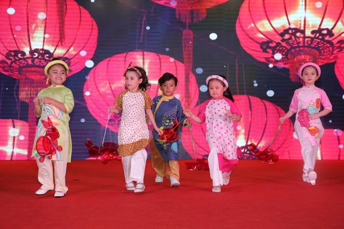Khoảnh khắc đáng yêu của các em thiếu nhi trong phần trình diễn thời trang áo dài càng làm tăng nét đẹp truyền thống của một lễ hội giàu màu sắc văn hóa như Tết Trung thu.