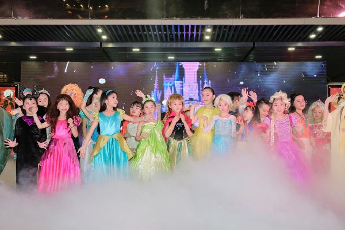 Sân khấu đêm hội Trung thu còn gây ấn tượng bởi nhiều phần biểu diễn đầy sắc màu cổ tích, thu hút sự quan tâm của người xem.