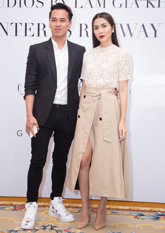 Tiếp tục theo đuổi phong cách đơn giản, Tăng Thanh Hà ghi điểm khi phối áo ren trắng cùng chân váy quấn xẻ cao.
