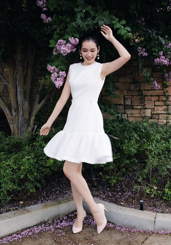 Trúc Diễm xinh xắn với set đồ ton-sur-ton trắng cho đầm hạ eo, giày cao gót, hoa tai ngọc trai hợp trend.