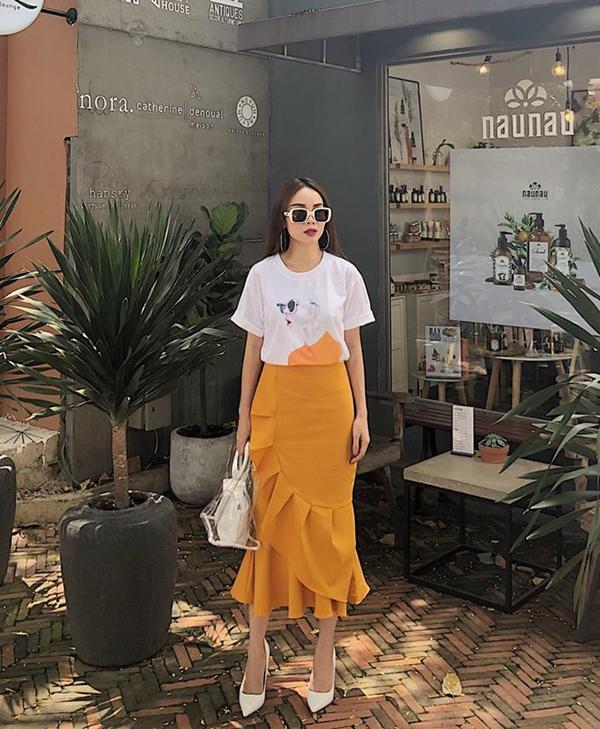 Chân váy xếp khối bắt mắt lại được Yến Trang sử dụng cùng kiểu áo thun in hoạ tiết pop art để thể hiện tinh thần trẻ trung, năng động.