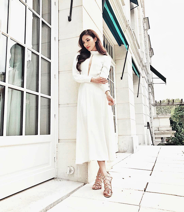 Lan Khuê chọn sandal dây đan để phối cùng váy trắng cut out phần ngực. Trang phục và phụ kiện mang lại cảm giác thoải mái khi rong ruổi phố xá.