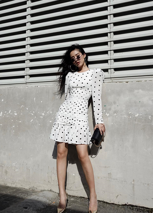Trang phục vai bồng của Khánh Linh The Face phù hợp với các bạn gái có vóc dáng nhỏ nhắn.