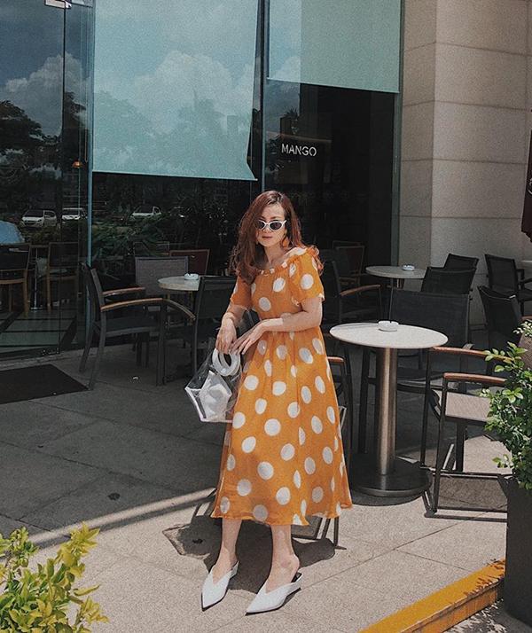 Yến Nhi chọn túi nhựa trong hot trend hài hoà cùng giày mũi nhọn khi diện váy khoe vai trần đi uống cà phê.