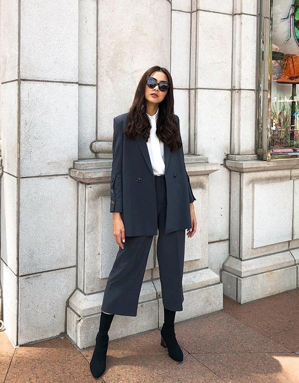 Muốn nổi bật và cá tính hơn trước mắt bạn bè, các bạn gái có thể học hỏi cách phối blazer dáng rộng cùng quần lửng, bốt cổ thấp như Tăng Thanh Hà.
