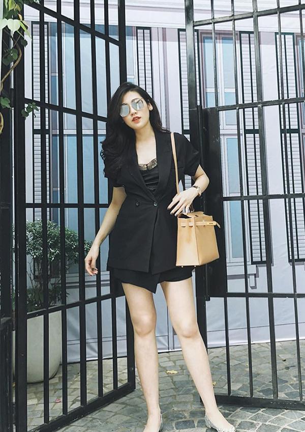 Suit ngắn cũng là một trong những mẫu trang phục được ưa chuộng ở mùa thu năm nay. Không cần chọn giầy cao gót nhưng Tú Anh vẫn khéo tôn chiều cao với cách mix short tiệp màu cùng blazer ngắn tay.