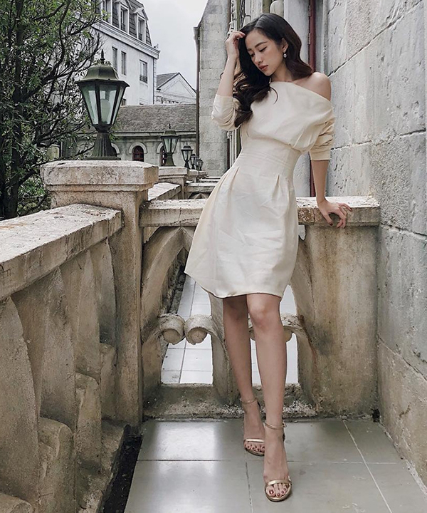 Mẫu váy với đường cắt ráp đẹp mắt khiến hình thể của Kaity Nguyễn trở nên gợi cảm hơn. Ngoài đường nhấn eo sắc nét, mẫu váy trắng kem của nữ diên viên còn được thêm điểm nhấn chi tiết lệch vai.