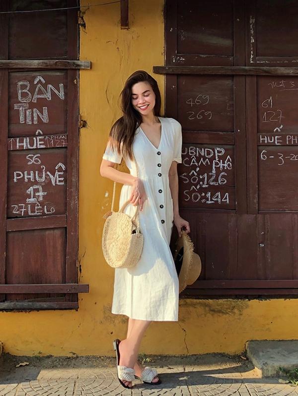 Khi tạm xa các kiểu giầy hầm hố, váy áo cắt xẻ sexy, Hồ Ngọc Hà tìm đến với phong cách thanh lịch và nhẹ nhàng. Váy gài nút hot trend được người đẹp phối cùng dép quai vải, túi và mũ cói.