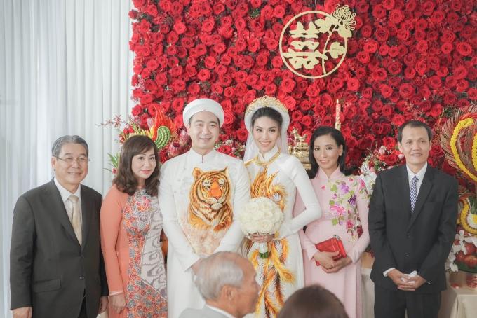 Gia đình Lan Khuêtrang trí lễ đính hôn theo hướng giản dị với các họa tiết truyền thống và tông màu đỏ chủ đạo. Cô dâu chú rễ chụp hình cùng bố mẹ hai bên.