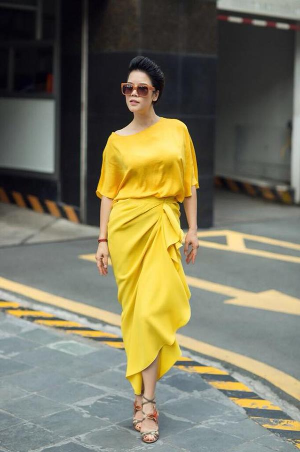Thu Phương nổi bật trên phố với set đồ mang tông màu của nắng. Áo lụa dáng rộng được ca sĩ kết hợp cùng chân váy xếp nếp đồng màu.