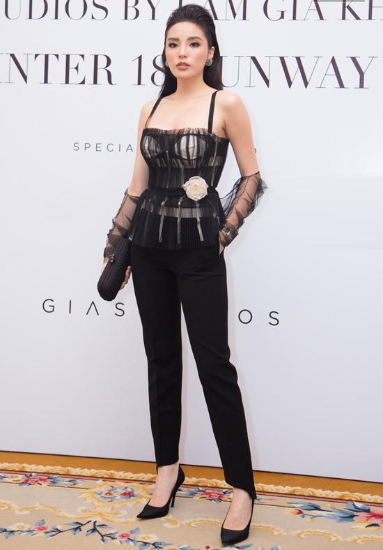 Không điệu đà như dàn mỹ nhân cùng dự show Lâm Gia Khang, Hoa hậu Kỳ Duyên cá tính với áo hai dây xuyên thấu mix quần âu.