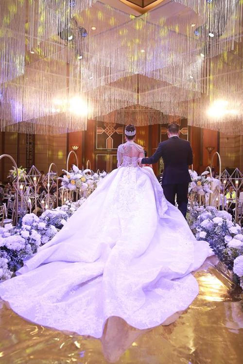 Vạt váy dài giúp nàng hotgirl càng trở nên quyến rũ và tạo sự thướt tha, yêu kiều khi cô dâu di chuyển trong sảnh tiệc.