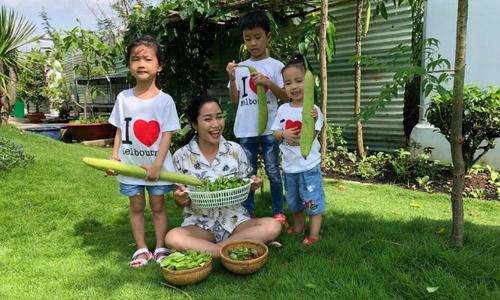 Chồng Ốc Thanh Vân trồng rau, quả cho 4 mẹ con thu hoạch mỏi tay