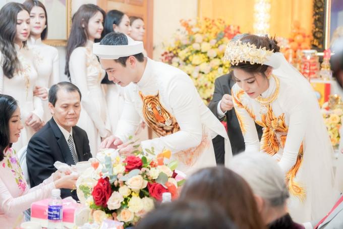 Cặp đôi thực hiện các nghi thức truyền thống.