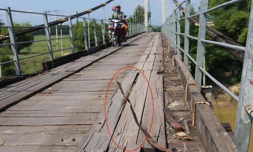 Cầu treo mục nát ở Nghệ An đe dọa người đi đường