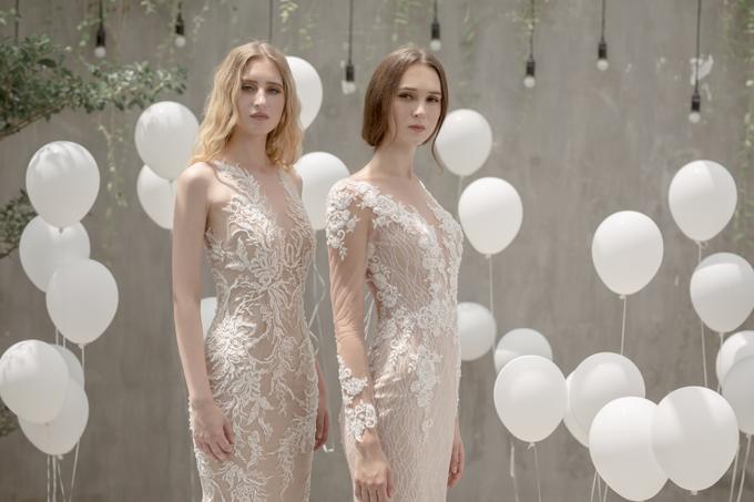 Cô dâu có bắp tay thon nhỏ có thể mở rộng sự lựa chọn với thiết kế váy ren không tay trên nền vải màu nude, mang đến nét quyến rũ khó cưỡng.