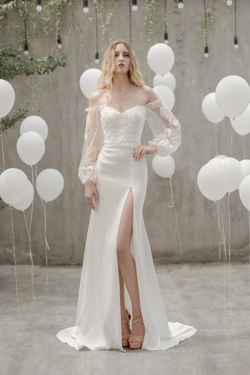 Váy cưới xẻ ngực chữ V, tay áo lồng đèn là mẫu váy được xếp vào hàng kinh điển cho những cô dâu có vóc dáng gầy, mảnh khảnh. Ưu điểm lớncủa chiếc váy là che đi phần bắp tay nhỏ, giúp cô dâu trở nên đầy đặn, quyến rũ hơn. Đường xẻ tà ngang đùi giúp cô dâu khoe khéo đôi chân thon, dài.
