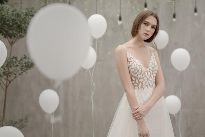Mẫu váy chữ A với cổ xẻ ngực sâusẽ là sự lựa chọn tuyệt vờicho cô dâu có khuôn ngực nhỏ, vai thon, giúp tôn lên vòng eo con kiến của tân nương.