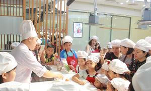 Bố mẹ và bé cùng học làm bánh Trung thu ngộ nghĩnh