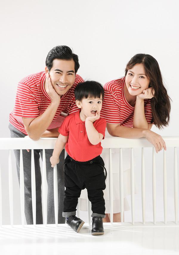 Ngọc Lan - Thanh Bình và con trai cưng mặc ton-sur-ton đỏ chụp ảnh gia đình. Bé Louis rất hào hứng khi được tạo dáng trước ống kính.