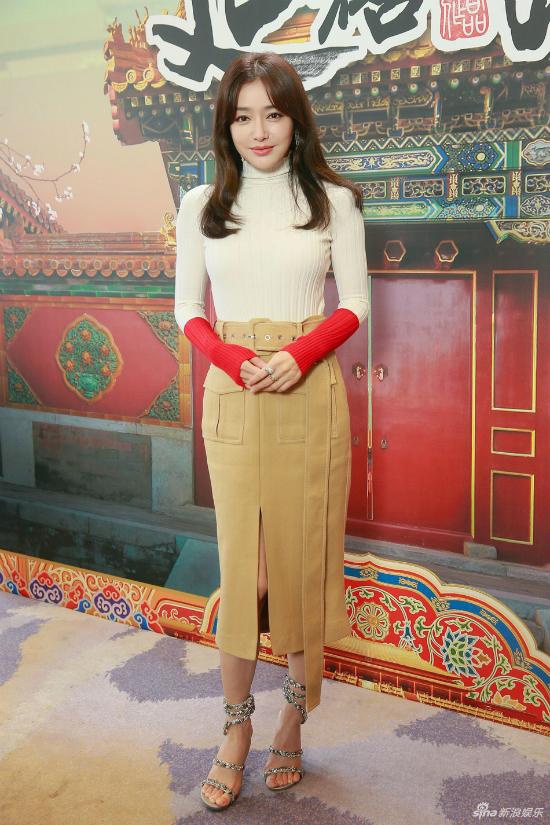 Vừa trở về từ Milan để tham dự Tuần lễ Thời trang, Tần Lam tới Hong Kong theo lời mời của TVB.