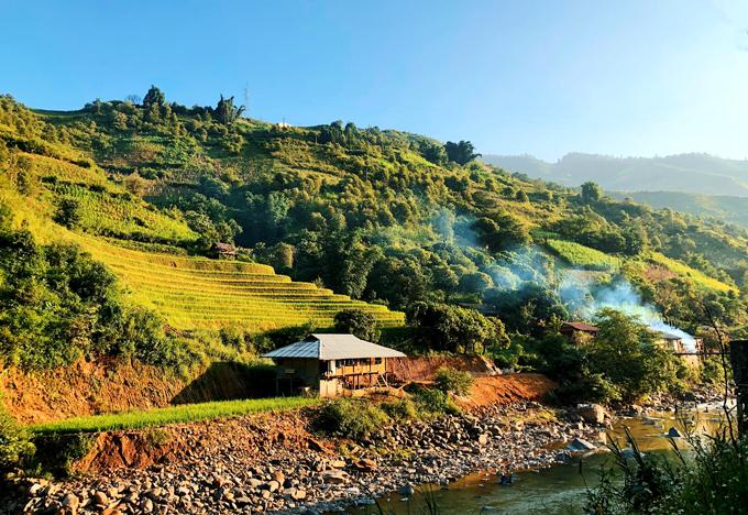 Bản Lìm Mông, thung lũng Cao Phạ từ trên cao nhìn xuống như một bức tranh đa sắc khổng lồ.