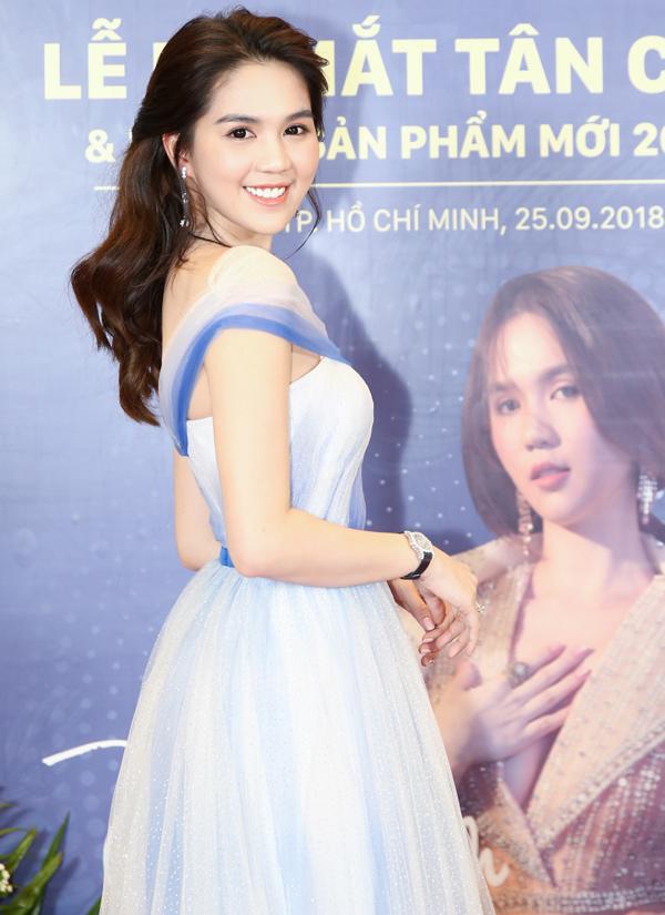 Ngọc Trinh diện váy kiểu công chúa đi sự kiện. Cô vừa trở thành CEO của một tập đoàn kinh doanh mỹ phẩm, thực phẩm chức năng làm đẹp có vốn đầu tư nước ngoài.