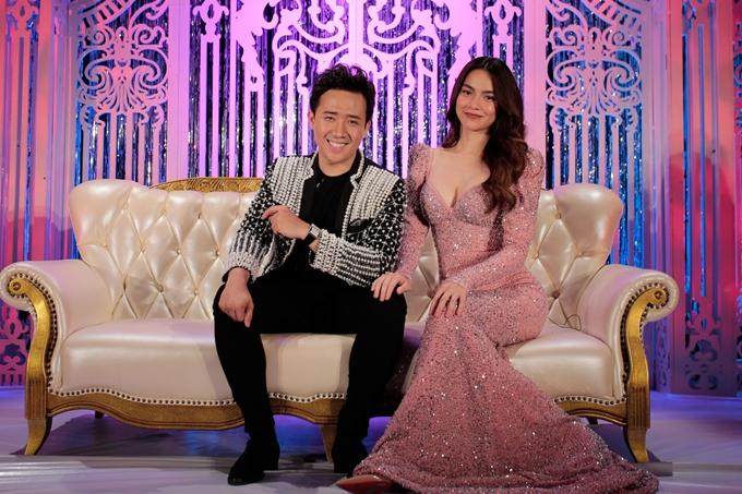Hồ Ngọc Hà đầu tư nhiều váy áo khác nhau khi xuất hiện trong chương trình. Cô cùng Trấn Thành làm MC suốt 11 số trước đây của Gala Nhạc Việt nên phối hợp ăn ý với nhiều phần tung hứng vuinhộn.