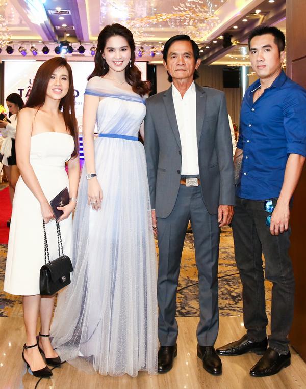Bố Ngọc Trinh cùng chị gái Ngọc Bích và anh trai tới chung vui với người đẹp trong sự kiện này. Gia đình Ngọc Trinh rất tự hào về cô.