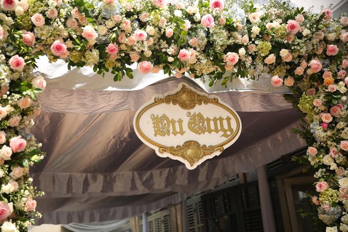 Cổng hoa được kết từ hoa hồng hai màu trắng, hồng cam và hoa cẩm tú cầu xen kẽ. Đây là những loại hoa cô dâu rất thích.