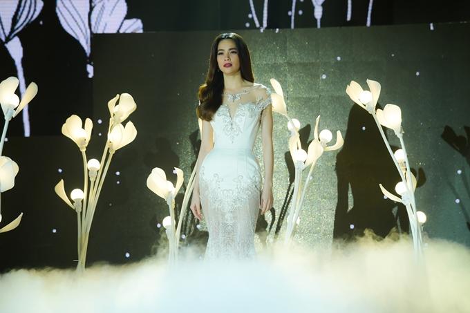 Nữ ca sĩ thay một chiếc váy dạ hội lộng lẫy của nhà thiết kế Phạm Đăng Anh Thư.