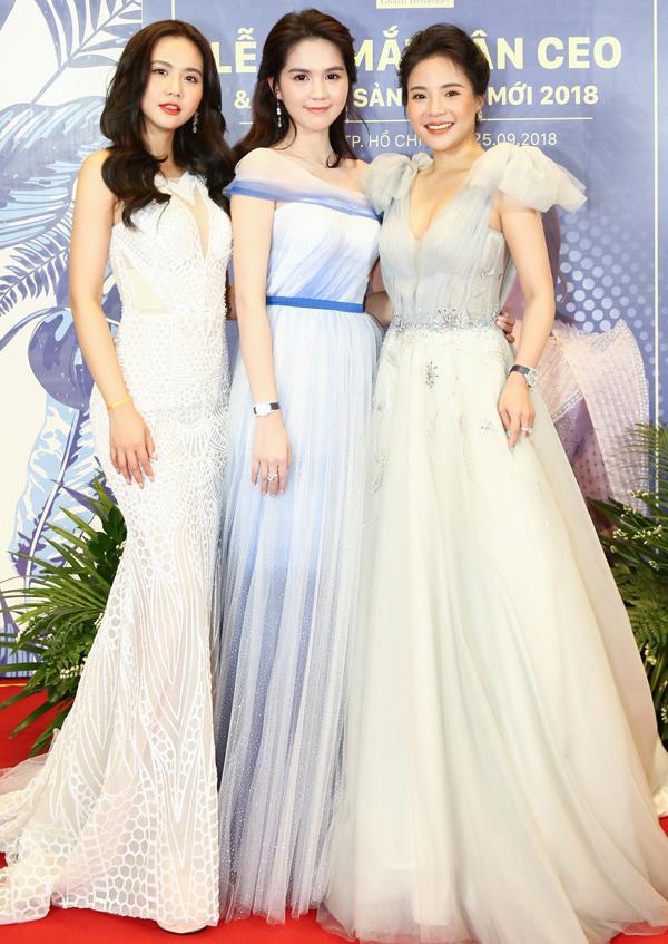 Diễn viên Huyền Lizzie (ngoài cùng bên phải) chụp ảnh cùng Ngọc Trinh và Stella Chang tại sự kiện.