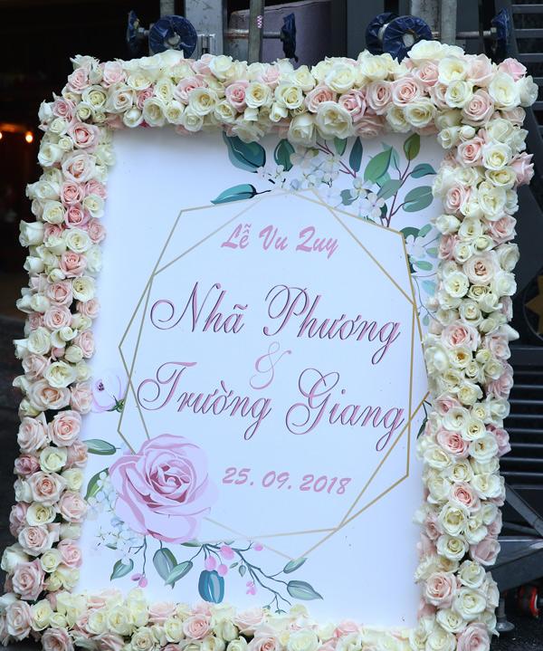 Tấm bảng thông báo hôn lễ của Trường Giang - Nhã Phương cũng được kết hoa hồng tươi rất trang trọng.