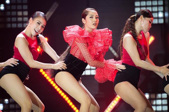 Huấn luyện viên Giọng hát Việt nhí 2018 cũng mang đến một sáng tác mới có phong cách nhạc dance sôi động của nhạc sĩ Khắc Hưng.